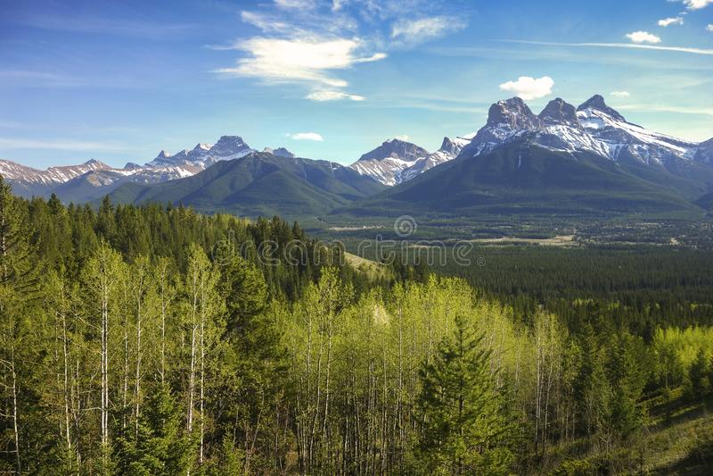För bergskedjaCanmore för tre systrar dal Alberta Foothills pilbåge royaltyfria foton