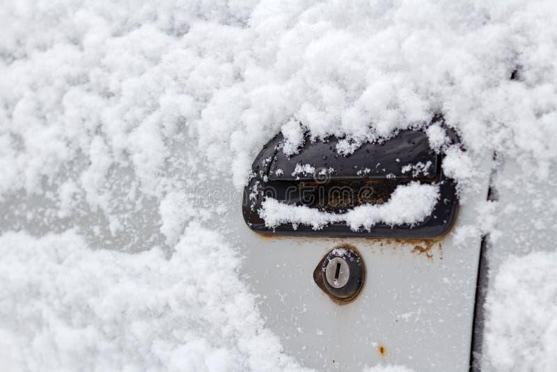 För bildörr för snö dold closeup för handtag Bilar i vinter arkivfoto
