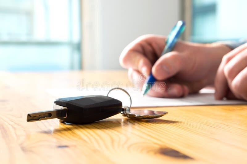 För bilförsäkring för man undertecknande dokument eller arrendepapper royaltyfri foto