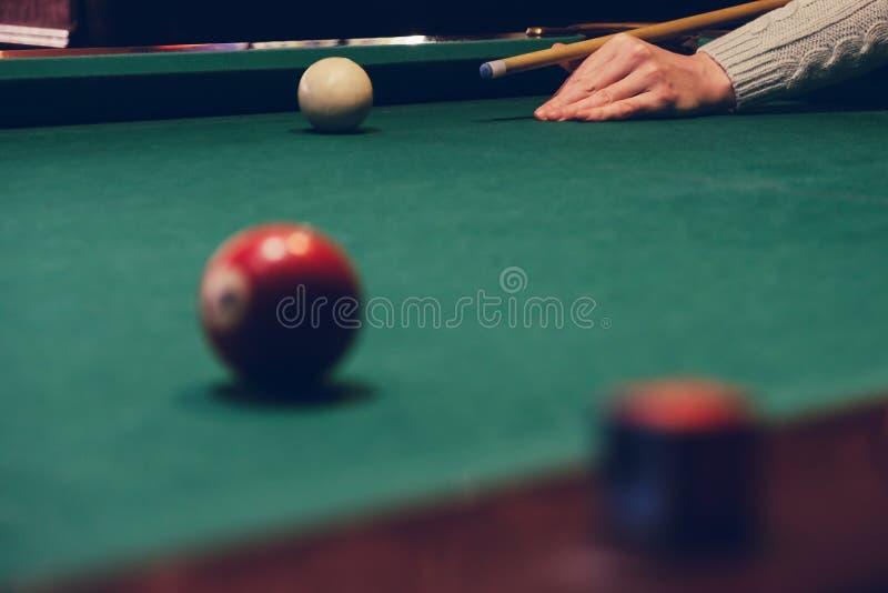 För billiardpinne för hand som hållande stickreplik är klar till skottbollen royaltyfri foto