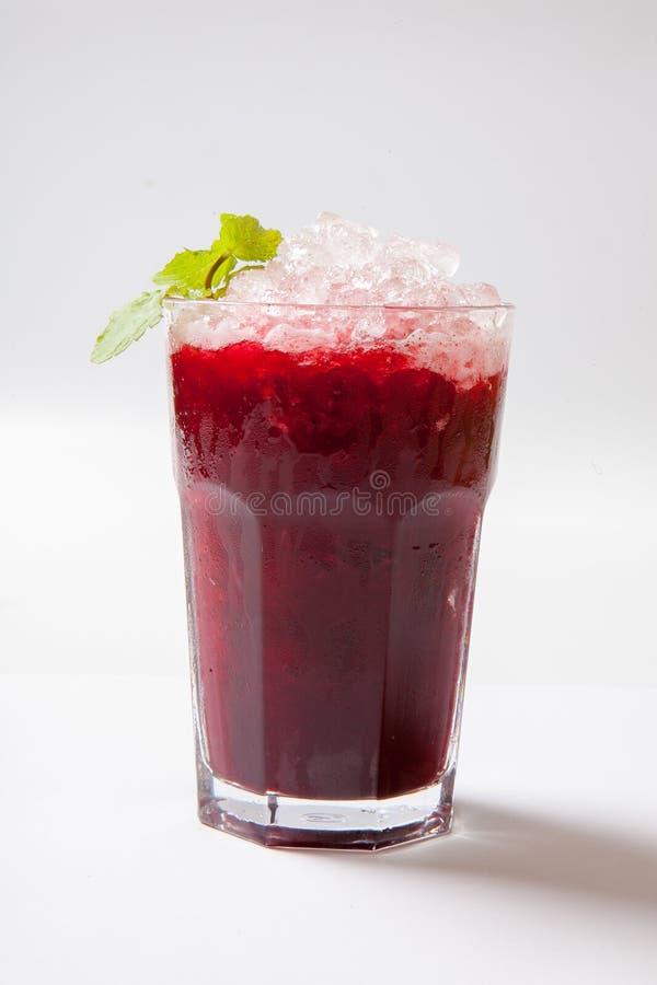 för blåbärblåbär för bakgrund svart maraschino för liqueur för limefrukt för fruktsaft för coctailar för Cherry daiquiri garnerad arkivbild