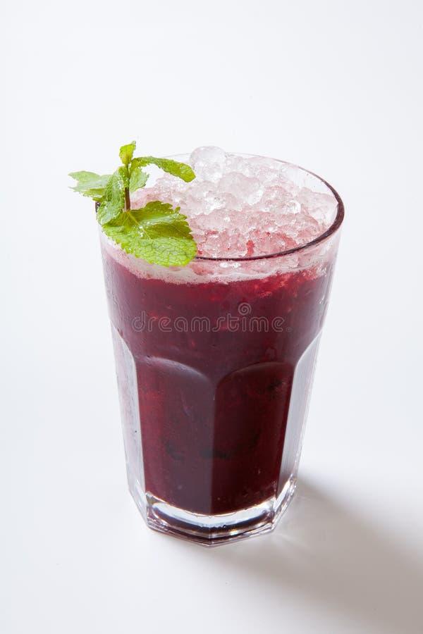 för blåbärblåbär för bakgrund svart maraschino för liqueur för limefrukt för fruktsaft för coctailar för Cherry daiquiri garnerad royaltyfri bild