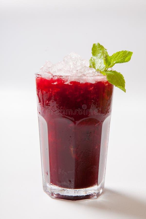 för blåbärblåbär för bakgrund svart maraschino för liqueur för limefrukt för fruktsaft för coctailar för Cherry daiquiri garnerad arkivbilder