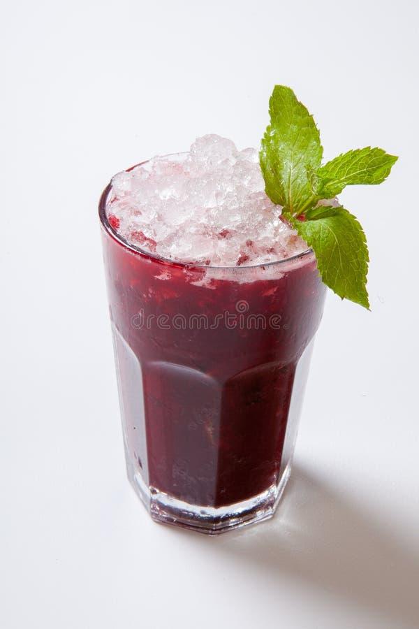 för blåbärblåbär för bakgrund svart maraschino för liqueur för limefrukt för fruktsaft för coctailar för Cherry daiquiri garnerad arkivfoto