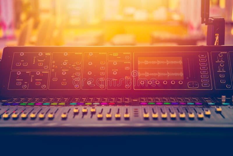 För blandaremusik för solid etapp kontroll för volym under show royaltyfria bilder
