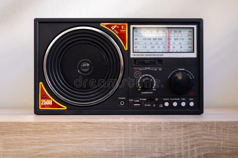 För blickMP3 för enkel tappning Retro spelare med för strömbrytare-radio för FM f.m. mottagaren för musikband arkivbilder