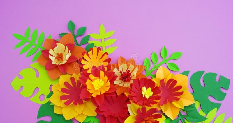 För blommagarnering för pappers- hantverk begrepp Blommor och sidor som göras av papper royaltyfri bild