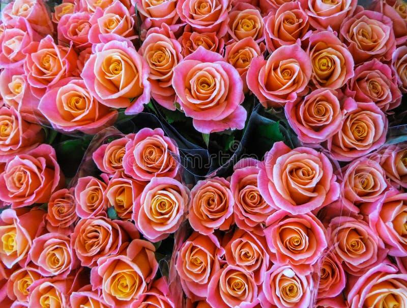 för blommamarknad för buketter olik gata Grupper av buketter av till salu kulöra rosor royaltyfri fotografi