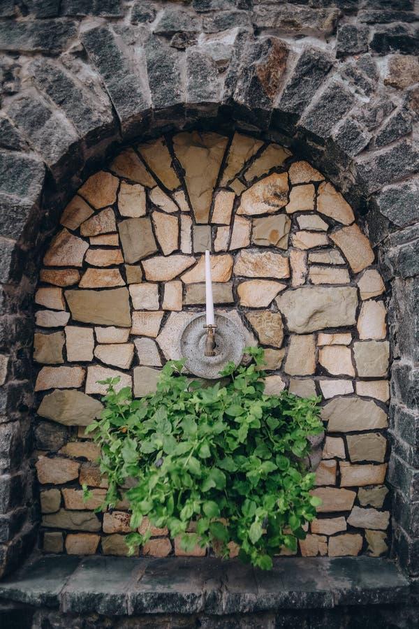 För blommastearinljus för sten båge dekorerad ljusstake royaltyfria foton