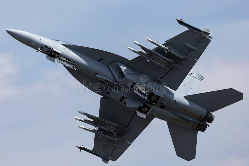 För Boeing F/A-18F för Förenta staternamarin flygplan för kämpe för mulitrole toppet bålgeting fotografering för bildbyråer