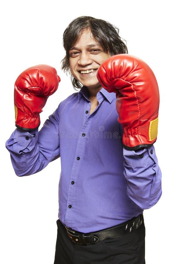 För boxninghandskar för asiatisk man bärande le royaltyfri foto