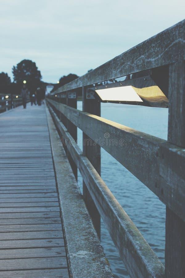För Brà för schwimmen för lycklig flicka för lol för foto för Ostsee Berlin vattenområde rolig ljus Baum Salz för cke ¼ sand arkivfoto
