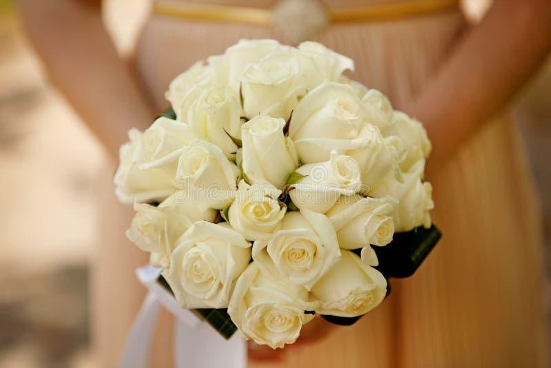 För bröllopblomma för brud hållande bukett arkivfoto