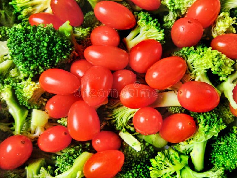 För broccolicoctail för nya grönsaker slut för closeup för sallad för veggies för tomater upp royaltyfria foton