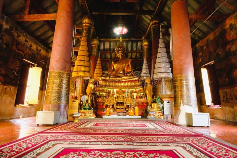 För Buddhastaty för offentligt ställe guld- skulptur av Buddhastatyn, på den Wat Ratchaburana templet i phitsanulok, Thailand fotografering för bildbyråer