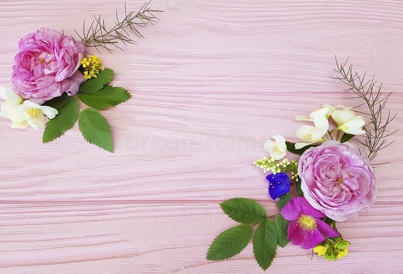 För bukettdesign för rosor härlig ram för säsong för gåva på en rosa träbakgrundsjasmin, magnolia arkivfoto