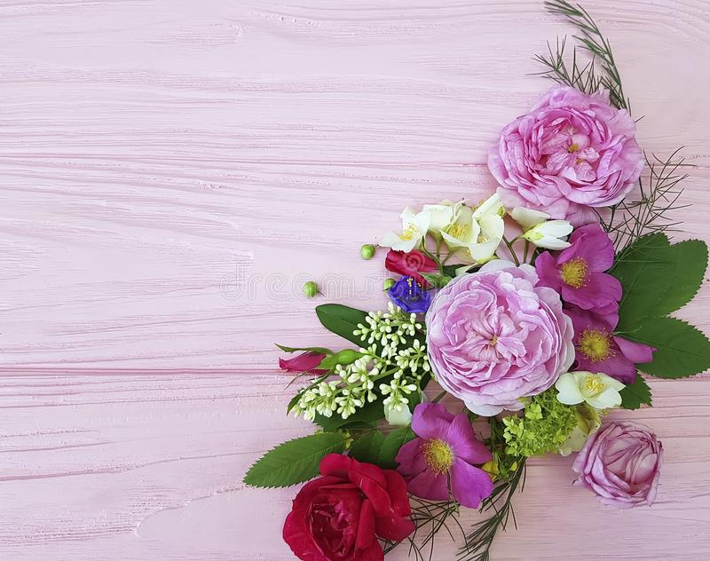 För bukettram för rosor som härlig sammansättning för design är festlig på en rosa träbakgrundsjasmin, magnolia stock illustrationer