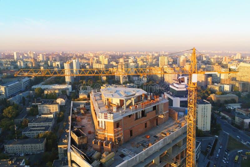 För byggnadskonstruktion för högt torn plats Industriell kran för fel Flyg- surrsikt Metropolisstadsutveckling arkivbilder