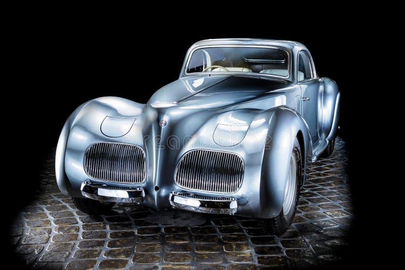 För Cabrio för bil för Alfa Romeo 2500 S S Adler Trumpf juniorbrunt lyxig retro bakgrund för mörker limousine arkivbild