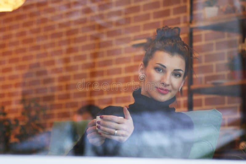 för cafe kvinnabarn utomhus royaltyfria foton