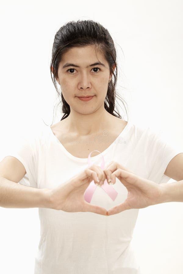 för cancerhjärta för kvinna rosa form royaltyfri fotografi