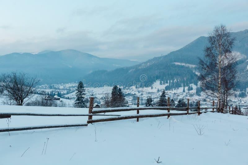 By för Carpathian berg för gryningvinter Zelene, Verkhovyna, arkivbild