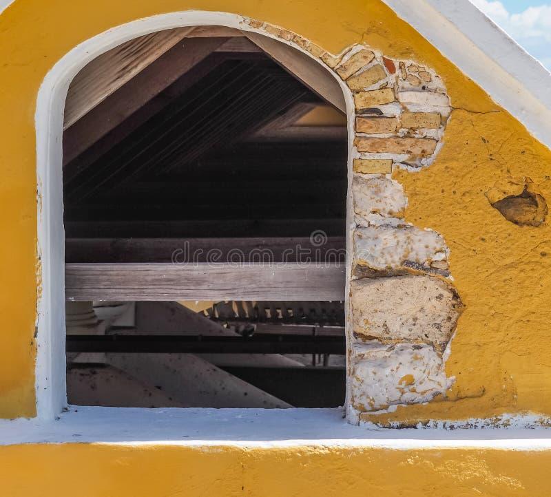 För Christoffel för ram för kolonihusfönster Curacao nationalpark sikter arkivfoton