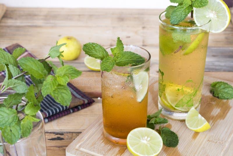 För citronte för växt- sunda drinkar kallt vatten för coctail arkivbilder