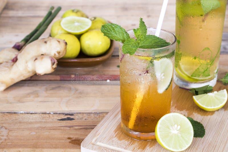 För citronte för växt- sunda drinkar kallt vatten för coctail arkivbild