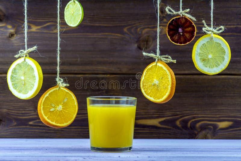 för citrus vatten för sommar drinkis för karaff orange Hänga på trådskivor av citronen, apelsinen och limefrukt Ny sommar, expone royaltyfria bilder