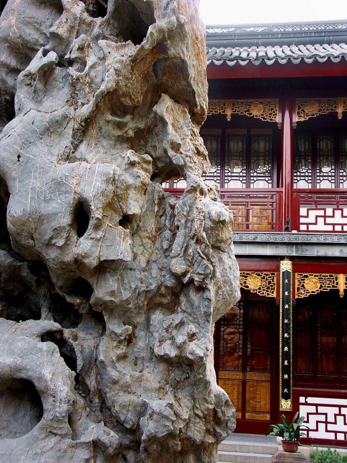 för classicträdgård för byggnad kinesisk rock royaltyfria bilder
