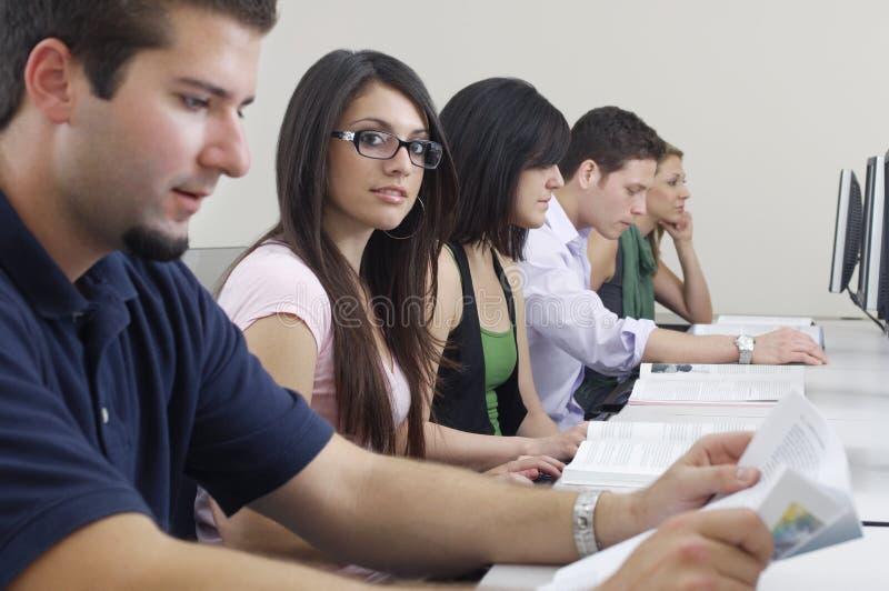 För With Classmates In för kvinnlig student labb dator royaltyfria foton