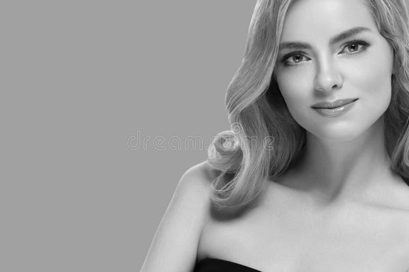 För closeupskönhet för kvinna kosmetisk stående Över blå färgbakgrund royaltyfria foton