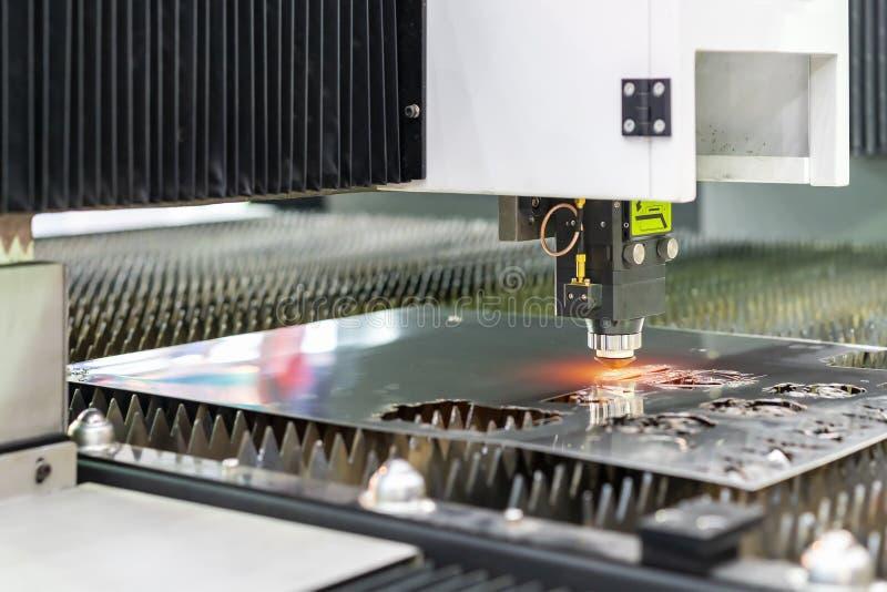 För cnc-plasma för automatisk & hög precision maskinen för klipp för laser under inristar eller perforerar workpiecestålplattan p arkivbilder