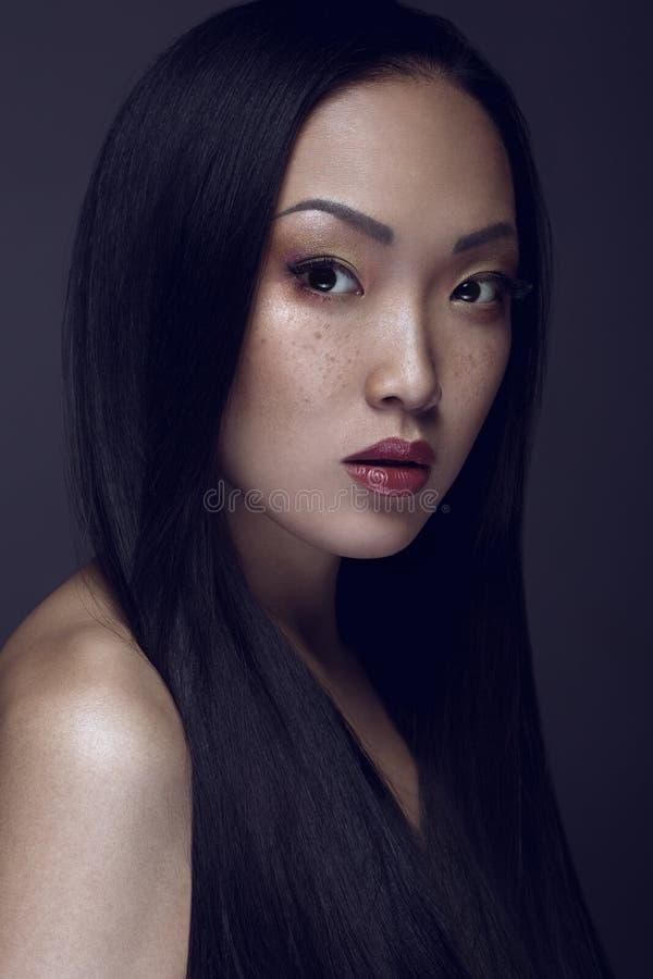 för convertflicka för skönhet rå bättre kvalitet Stående av den härliga unga kvinnan som ser kameran royaltyfri foto