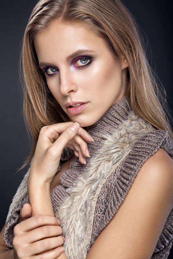 för convertflicka för skönhet rå bättre kvalitet Stående av den härliga unga kvinnan som ser kameran royaltyfria foton