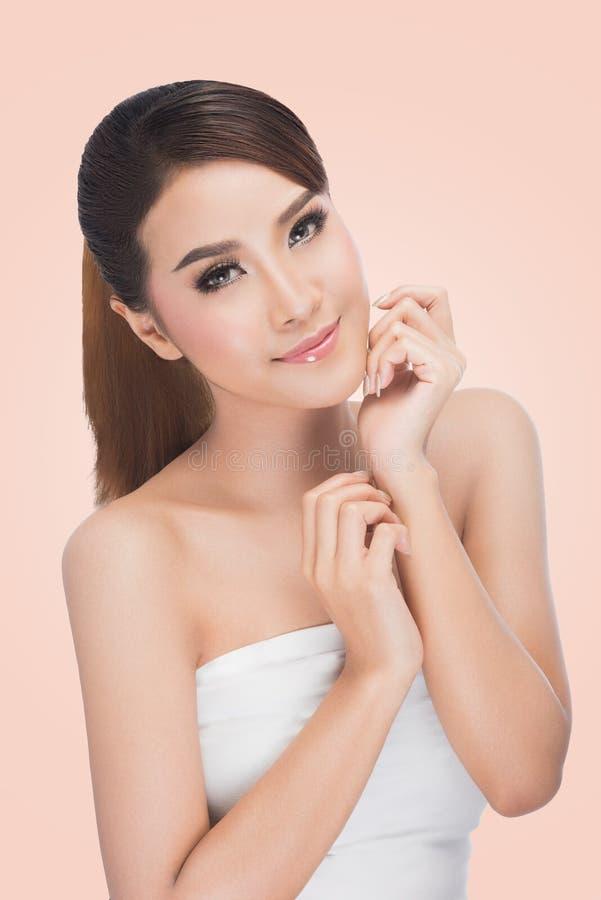 för convertflicka för skönhet rå bättre kvalitet Stående av den härliga unga kvinnan som ser kameran royaltyfri fotografi