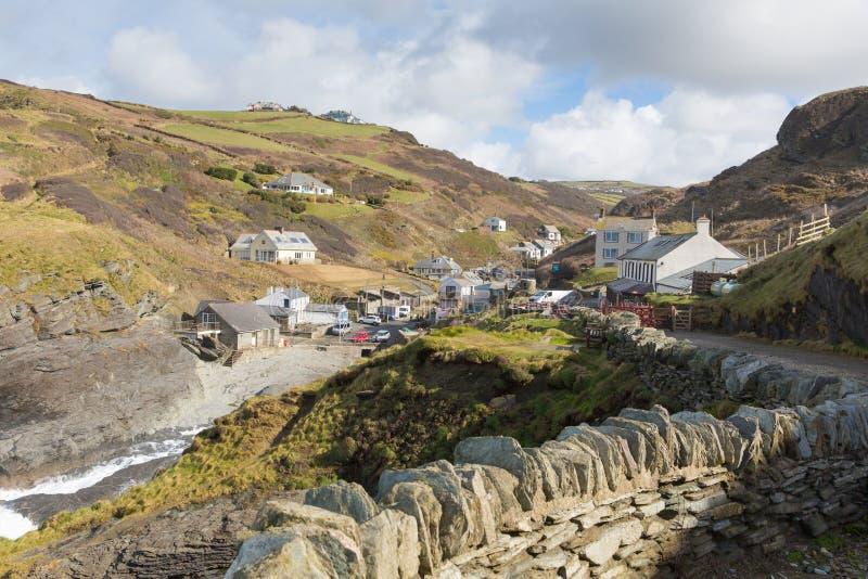 För Cornwall England UK för Trebarwith tråd norr by kust mellan Tintagel och port Isaac med den stenväggen och banan royaltyfri bild