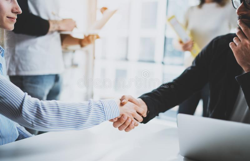 För coworkershandshaking för begrepp två process Affärspartnerskaphandskakning Lyckat avtal efter stort möte på soligt royaltyfri fotografi