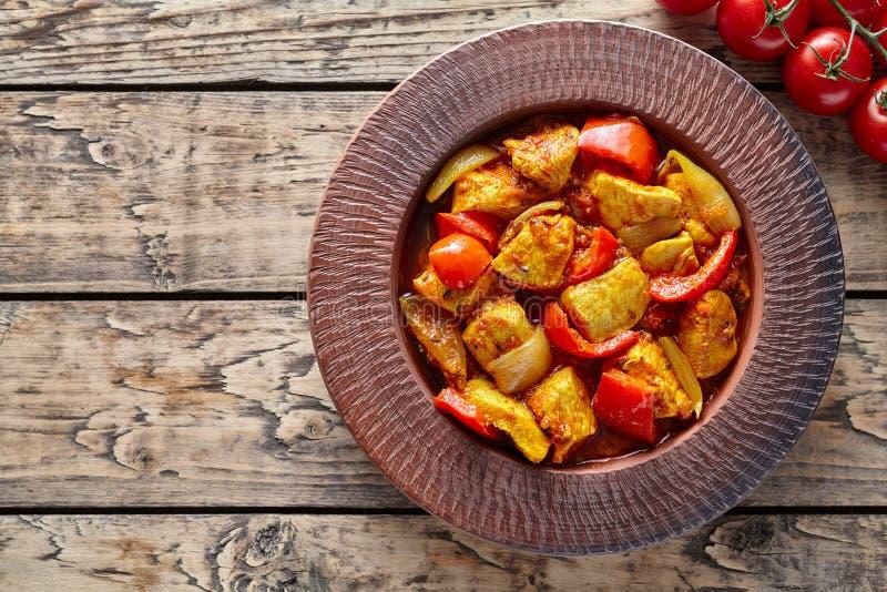 För currychili för feg jalfrezi indiskt kryddigt kött och sund dietisk asiatisk mat för grönsaker royaltyfri bild