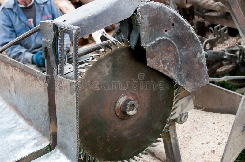 för cuttingdisk för slipmedelt blad runt arbete för saw för metall arkivbild