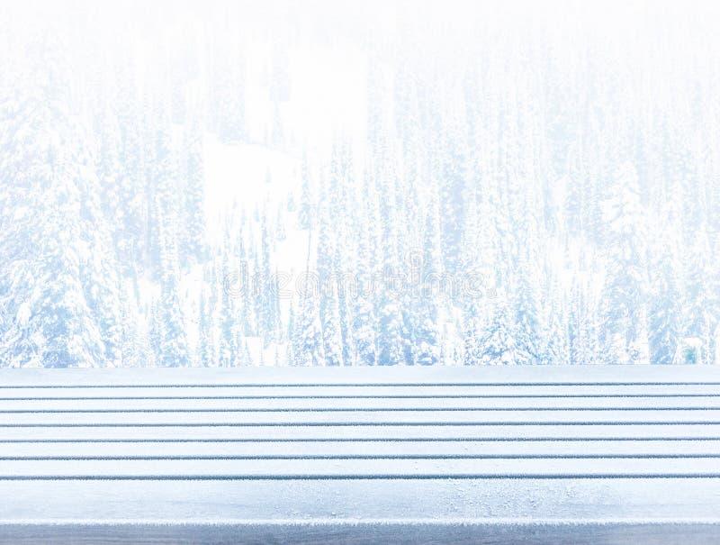 För däcktabell för tom snö som träöverkant är klar för produktskärmmonta royaltyfri fotografi