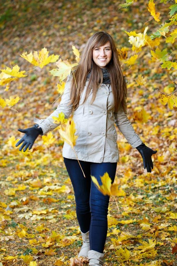 för dagfall för höst gå kvinna för härlig skog royaltyfri fotografi