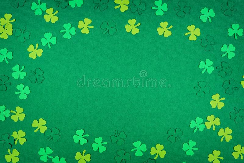 För dagtreklöverer för St Patricks ram över en grön bakgrund royaltyfria foton
