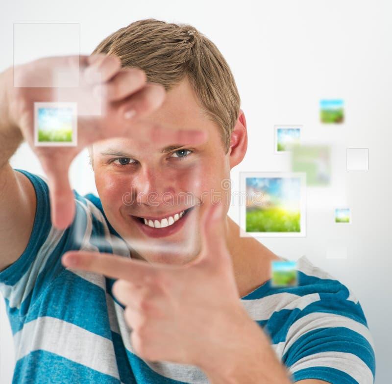 För dananderam för ung man gest med hans fingrar, faktisk bild royaltyfria bilder