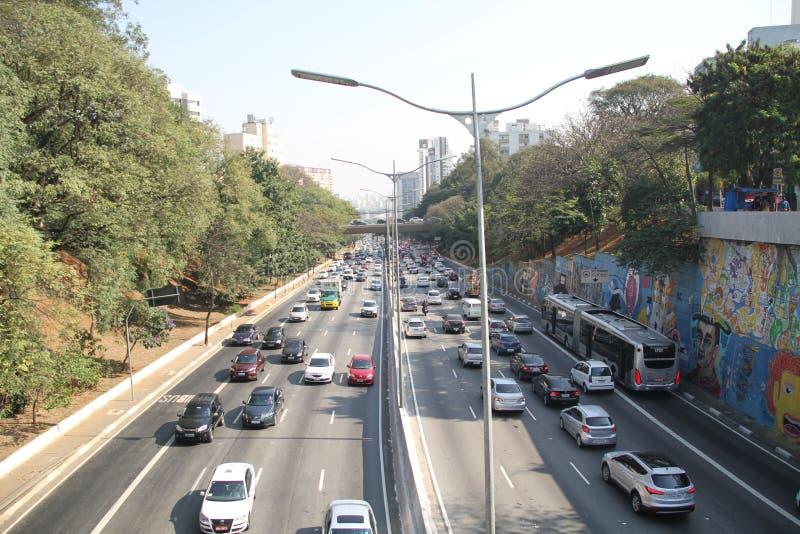 För de Maio för trafikaveny 23 huvudSao Paulo Brazil bilar royaltyfria bilder