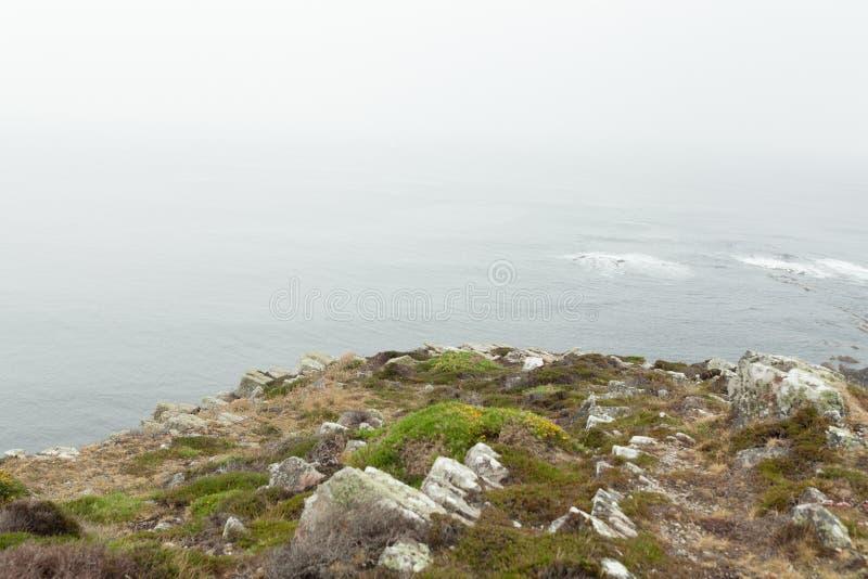 För den atlantiska steniga vinkar stor stenig rockfall kustsikten för sommar på klippbrants- kust- och havbränning Crozon Frankri arkivfoto