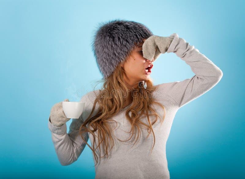 för den diseased tar den varma medicinen influensaflickan för bot till royaltyfri bild