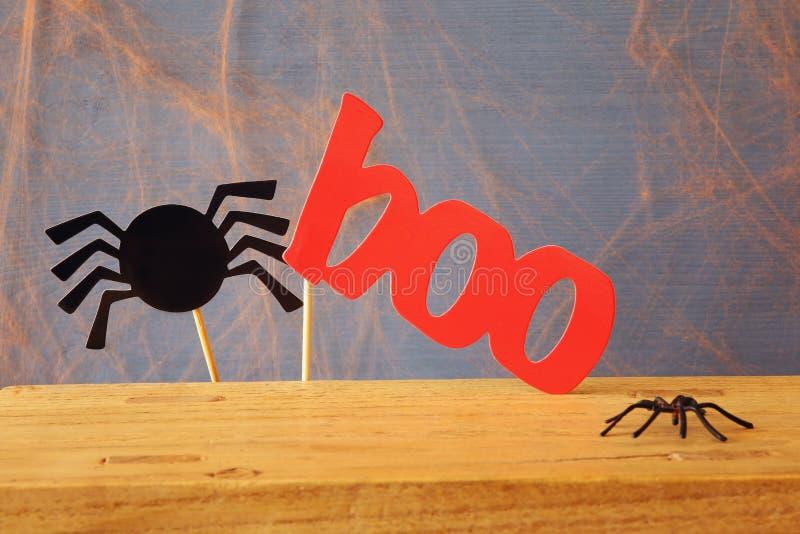 för den grymma säger miniatyrreaperen halloween för kalenderbegreppsdatumet lyckliga holdingen scythestanding rolig spindel och o arkivfoto