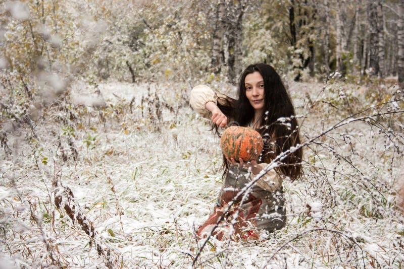 för den grymma säger miniatyrreaperen halloween för kalenderbegreppsdatumet lyckliga holdingen scythestanding Häxan i en snö royaltyfri foto